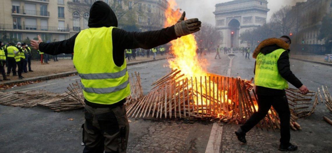 Macron cede a protestas; cancela gasolinazo
