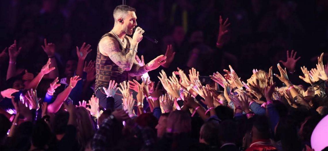 Maroon 5 divide al público en show de medio tiempo