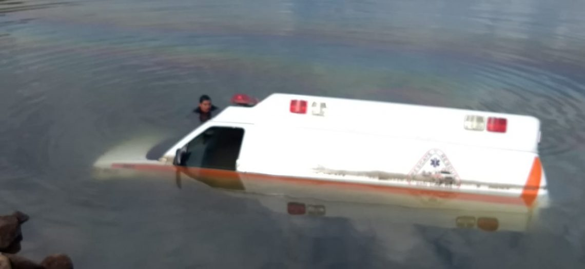 Ambulancia cae al mar