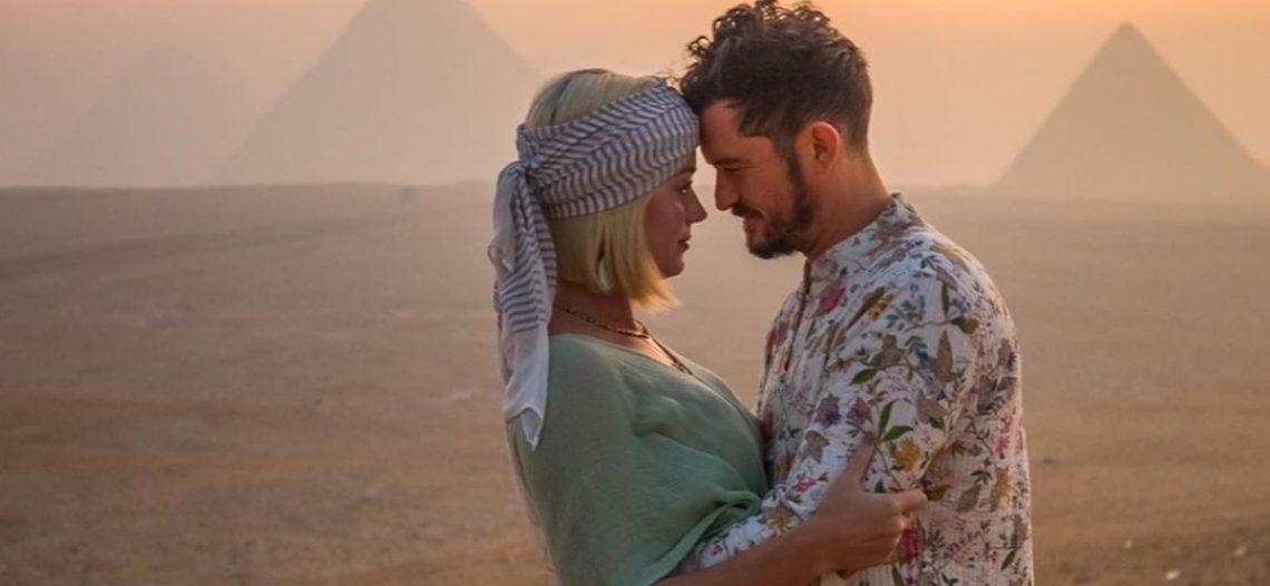 Katy Perry celebra su cumpleaños con sus amigos en el desierto