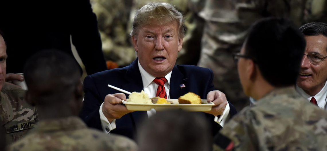 Trump sirve pavo a las tropas de EU en Afganistán