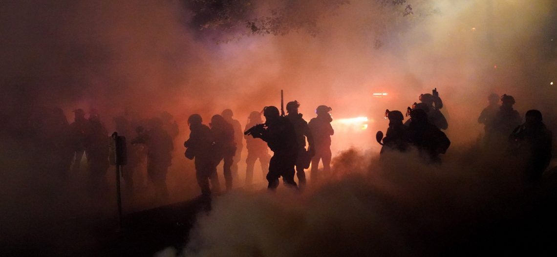 Arde Portland en nueva jornada de protestas y disturbios