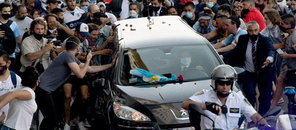 Sepultan los restos de Maradona junto a los de sus padres