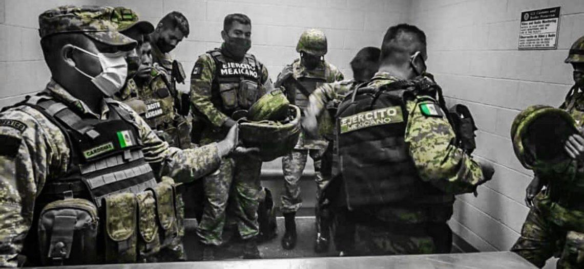 Difunden fotos de militares mexicanos detenidos por cruzar a EU