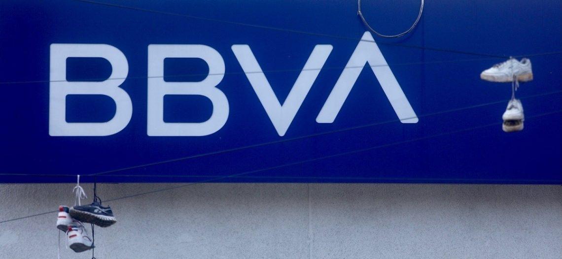 """BBVA México reconoce """"error interno"""" por la caída de su sistema del domingo; actualizaban sistemas"""