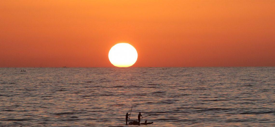 Dos hombres perdidos 29 días en el mar, sobreviven con cocos y naranjas